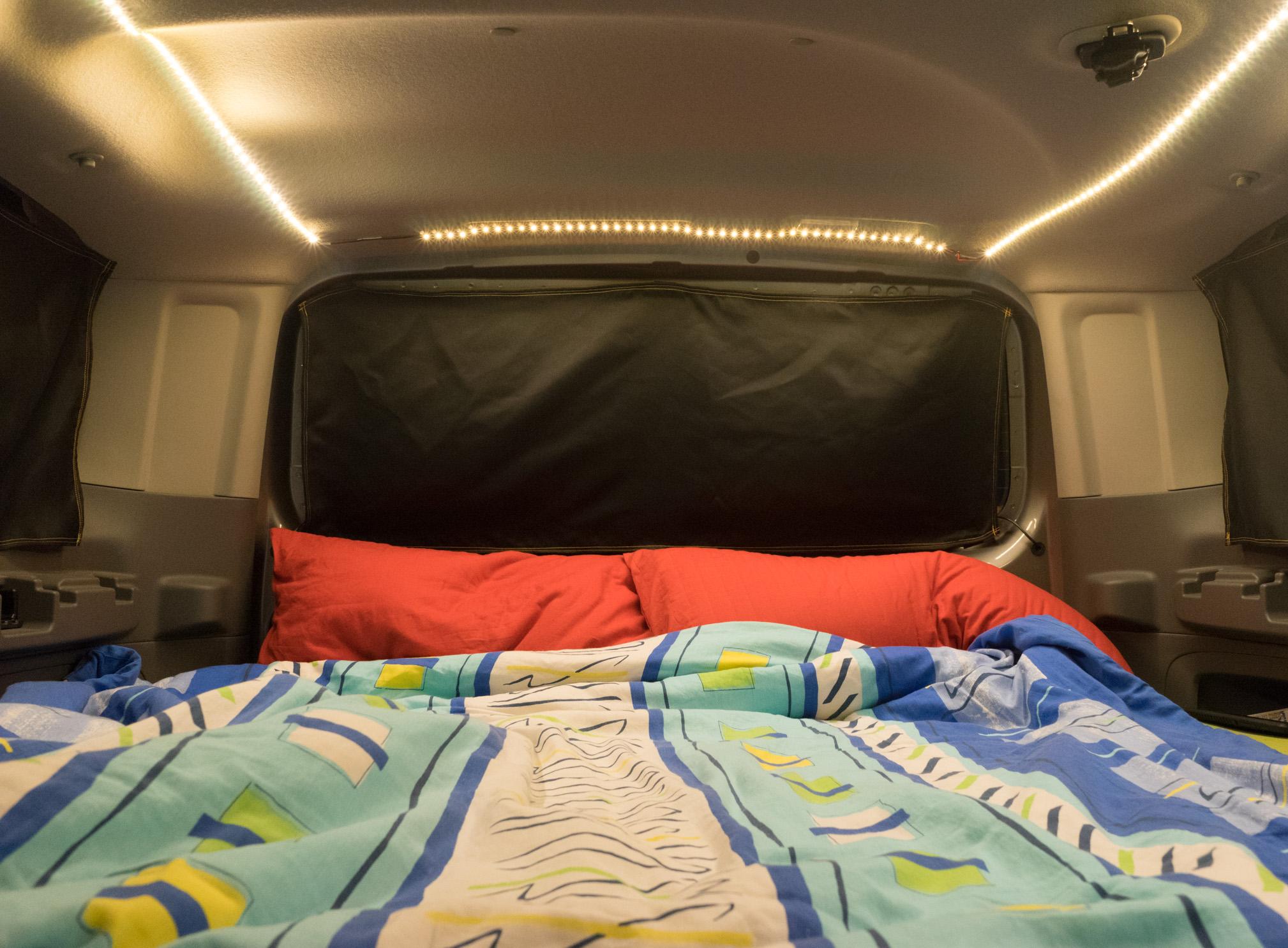 bett und matratze in einem nissan nv200 evalia minicamper. Black Bedroom Furniture Sets. Home Design Ideas